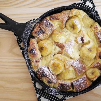 食パンを使ったパンプディングは食べごたえもあり、あっという間にできるので、おやつにぴったりです。バナナのいい香りが漂います。