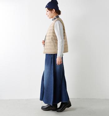DANTON(ダントン)の「Vネックインナーダウンベスト」は、インナーとしてもアウターとしてもOKな、防寒性抜群のダウンベストです。首元がVネックになっているので、メンズライクになりがちなダウンベストを女性らしく着こなすことができます。ロングスカートやシャツと合わせて、ナチュラルな着こなしを楽しみたいですね♪