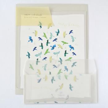 大空を自由に飛ぶ鳥たちが描かれた、繊細で素敵なレターセット。新しい出発や門出をお祝いするときに使うのも良いですね。柔らかい印象のトレーシング封筒が女性らしさを漂わせます。