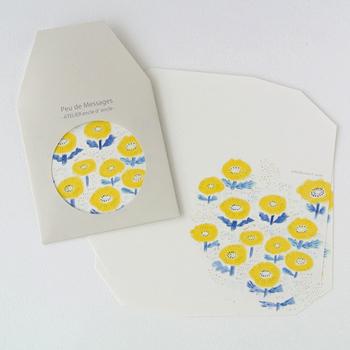 可憐な黄色い花々のかわいらしいレターセットは、封筒に入れると丸い穴から黄色い花が見える仕掛けになっています。優しい雰囲気の便箋には、シンプルだけど相手を思いやる美しい言葉がよく似合います。