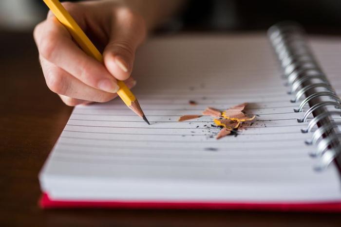 周囲を見渡せる余裕が出てきたら、ノートにその時の素直な気持ちを書き出してみましょう。誰に見せるものでもないので、何が許せないのか、その時の気持ちも振り返りつつ書きます。  自分のことが許せないと感じる場合の時は、何が許せなくて、でもこれは前よりできたなど、ちょっとフォローする視点で書くのも忘れずに。