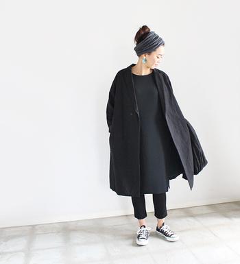コクーンシルエットのゆったりしたブラックワンピースの上から、同じくブラックのコートをさっと羽織った大人っぽいワントーンコーデ。可愛らしい雰囲気は苦手という方でも、これならワンピースをクールに着こなせます。洋服にボリュームがあるので、ヘアスタイルはコンパクトにまとめるとバランスが綺麗◎。