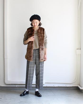 KIFFE(キッフェ)の「ファーベスト」は、軽くてさっと羽織れると人気のアイテム。少し長め丈に作られているので、体型をカバーしつつおしゃれ度もグッとアップしてくれます。チェックのパンツやベレー帽と合わせたトラッドコーデも、大人っぽい雰囲気に仕上がりますね。
