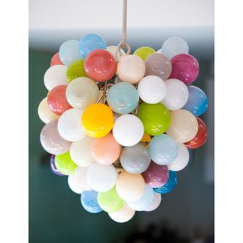 こちらの色とりどりの風船をつけたような形のシャンデリアはその名も「ballons」。ガラス作家・イイノナホさんの作品です。
