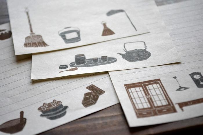 懐かしい暮らしの道具が描かれたレターセットは、両親や懐かしい友人へのお手紙に。ざらざらとした紙の手触りに温もりを感じます。暮らしの道具以外にもたくさんの絵柄があり、種類も豊富なので好みや季節で選ぶのもおすすめです。