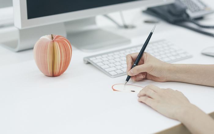 果物の形をしたメモは1枚ずつはがして使える優れもの。このままデスクに置いてもかわいいですね。果物型のメモの中心にある枝は、実は本物。リアルな雰囲気も楽しめるメモ帳です。