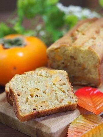 熟れて食べにくくなった柿は、パウンドケーキに入れてボリュームのあるスイーツにアレンジ。柿の熟れ具合によって、砂糖を減らせば甘さの調整もできます。女子会やパーティーに持って行けそうですね。