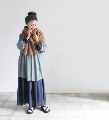 Styling.2で着ているシャツワンピースの上から、プルオーバーと大判のストールを重ねたレイヤードコーデ。まるでロングスカートを穿いているかのような技ありスタイリングです。ブラウン×グリーン×ネイビーの淡いグラデーションも素敵。