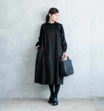 細やかなタック使いとあちこちに散りばめられた刺繍が目を惹くブラックワンピース。女性らしい美しいデザインを存分に楽しみたいなら、一枚でさらっと着るのがおすすめです。タイツ、シューズ、バッグも黒をセレクトすれば、より凛とした美しさが際立ちます。