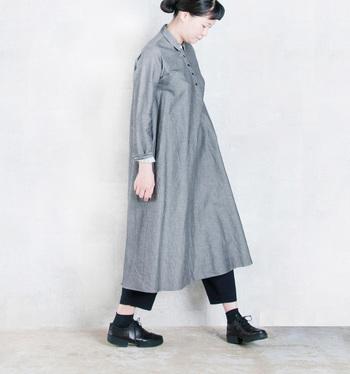 品格のある生地をたっぷりと使用したロングワンピースは、どこか少年っぽさも漂うカジュアルなデザインが魅力。その特徴を上手く活かして、半端丈のパンツをレイヤードしています。パンツと靴下の間に肌を少し見せてあげると、抜け感が生まれて軽やかに。
