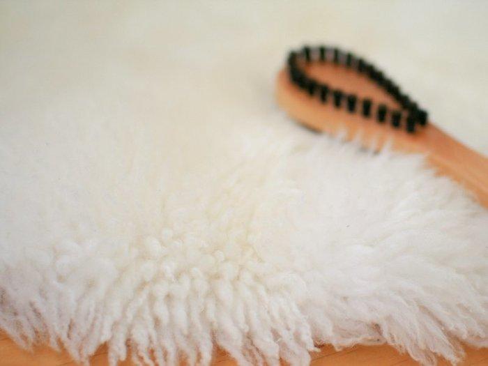 フワフワのラグなら毛玉をとってキレイにするとさらにスッキリしますよ。  「2way毛玉取りブラシ」は両面がブラシになっています。まずは、表の猪毛ハード面で根元まで毛玉を絡めとり、次に裏の豚毛ソフト面で残った細かい毛玉をとり繊維を整えます。天然毛で優しくお手入れができます。