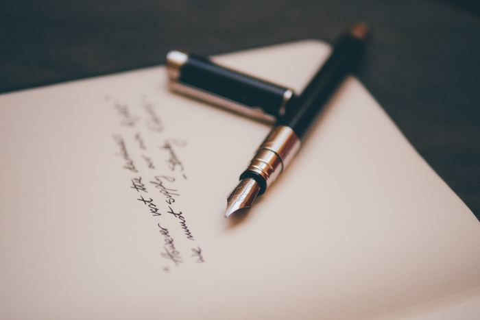 親しい友人や家族、親せきなど、今一番会いたい人に手紙を書いてみましょう。自分が元気でいることを自分の文字で伝えたらきっと喜ばれるはず。いつもよりも丁寧な文字で心を込めて書いてみてはいかがでしょうか。