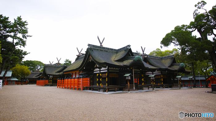 大阪市住吉区に鎮座する住吉大社は、住吉神社の総本社です。開運、交通安全、商売繁盛、厄除け、縁結び、安産など様々なご利益で知られている住吉大社の歴史は古く、伝承によると211年に主祭神が鎮座したと言われています。