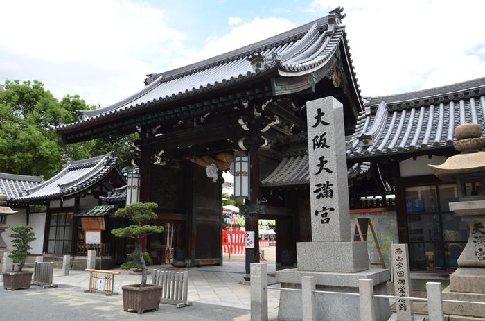 大阪市北区に鎮座する大阪天満宮は、菅原道真公を主祭神として祀る神社です。桜の名所・大阪造幣局からも近く、天神祭の会場や梅の名所でもある大阪天満宮は、お正月以外でも、四季折々で大勢の参拝者で賑わっています。