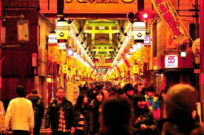 大阪天満宮近くには、日本一の長さを誇る天神橋筋商店街があります。みなぎる活気の中、全長2.6キロメートルの商店街を歩き、昔ながらの大阪の風情を感じ取ってみませんか。