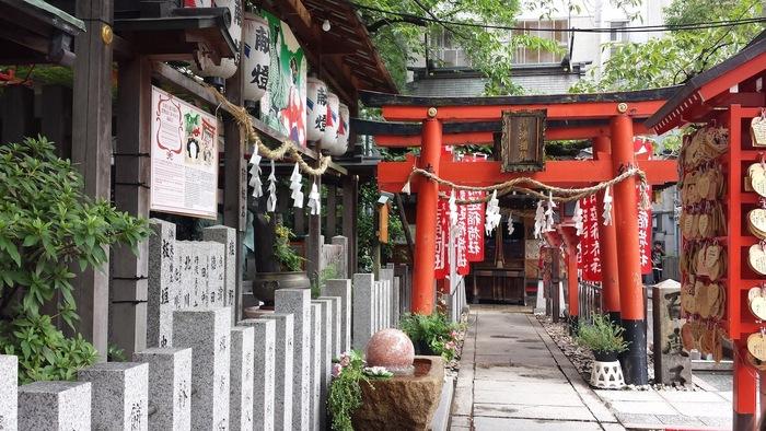 大阪市の中心部、梅田駅からほど近い場所に鎮座する露天神社(つゆのてんじんじゃ)は、約1300年前に創建された神社です。地下鉄、阪急、阪神の各梅田駅、JR大阪駅から徒歩で行くことができる抜群の利便性から、露天神社は、いつも大勢の参拝客でにぎわっています。