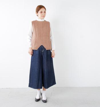 こちらもmaomadeの「畦編み2wayラムズウールニットベスト」を使ったコーデです。背面がボタンになっていて、気分によって好きな方を前にして着られる2way仕様が嬉しいアイテム。デニムのワイドパンツにブラウン系のニットベストを合わせると、ほっこりした季節感のある着こなしの完成です。