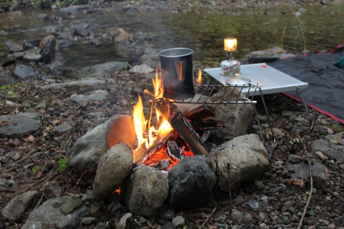 地面にかまどを作って焚き火をしても良い場所は「直火OK」と表記されています。直火の焚き火は、かまどの組み方や火の始末などに技術が必要。ある程度慣れてからのほうがいいかも。