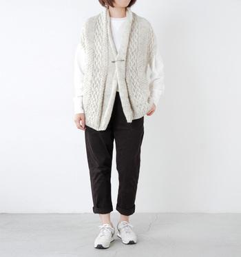 ざっくりしたニットが印象的な、HARVESTY(ハーベスティ)の「手編みウールニットロングベスト」です。存在感のある一枚なので、黒のパンツに白トップスというシンプル過ぎるコーデも簡単に今っぽい雰囲気に仕上げることができます。