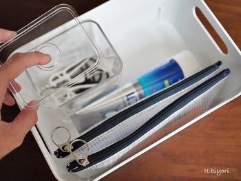 歯ブラシや歯磨き粉、デンタルフロス等のストックもかさ張ります。デンタルフロスはクリアケースへ。買ってきたらパッケージをはがしてひとまとめ。歯ブラシもファスナー付きのケースへ入れておけば衛生面でも安心です。