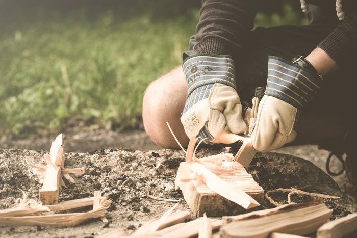 火を使う際には、熱や火の粉から手を守ってくれる手袋が必須。革手袋なら熱を通しにくく、熱い鍋などを扱う時にも安心です。