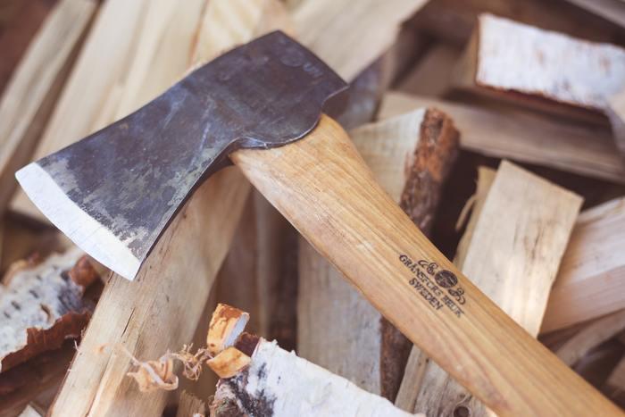 焚き火の必需品といえば、薪。ホームセンターなどで入手できます。着火用のマッチやライター、焚付けや炭、火おこし器なども必要です。