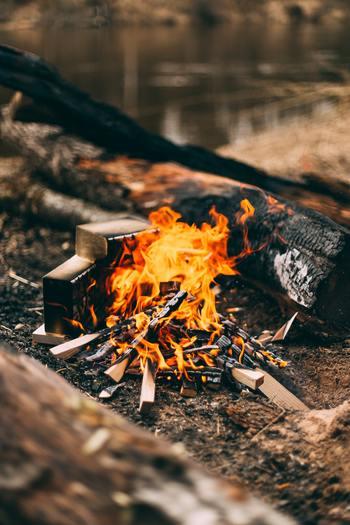炎には、じっと見つめていたくなる魅力があります。自然の中で風を受けて揺れ動き、燃えさかる焚き火なら、なおのこと。これからの季節にキャンプをするなら「焚き火」は欠かせない楽しみですね。