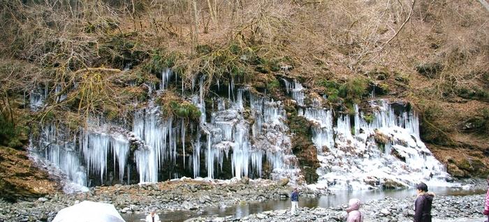秋が深くなったら、ぜひ訪れてみたいのが三十槌の氷柱(みそつちのつらら)。寒さが厳しくなってくると、滝が凍って巨大な氷柱が出現します。昼間訪れても圧倒されるのですが、せっかくなら夜まで待つのがおすすめ。