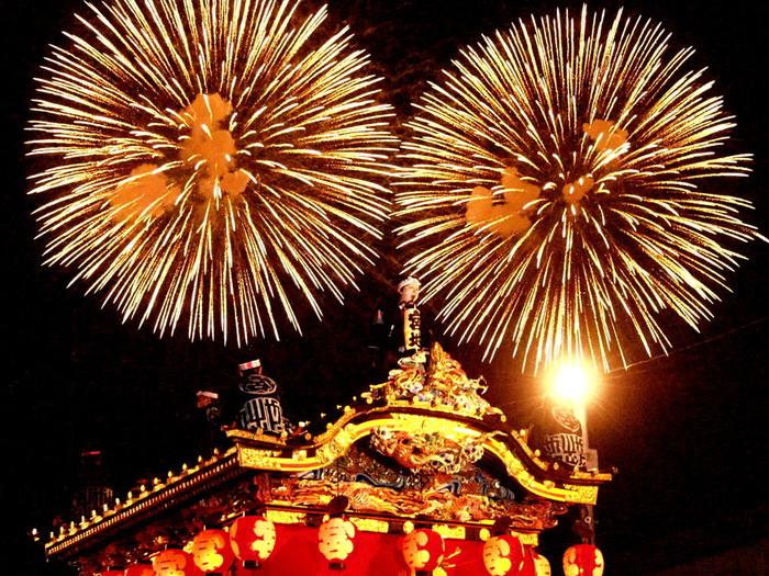 頭上には花火。冬の夜空に打ちあがる花火は、夏とは違った印象ですよね。2016年12月にはユネスコ無形文化遺産に登録されたお祭り、一度は見る価値がありますよ。