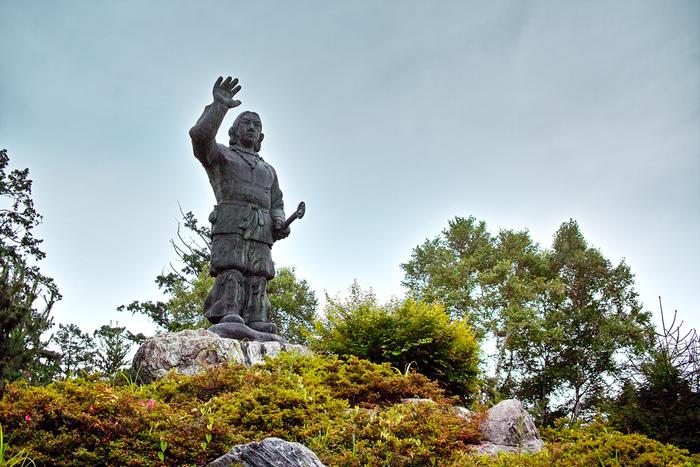 約1900年前に、三峰神社を創始したと伝えられている日本武尊(ヤマトタケルノミコト)像。日本武尊(ヤマトタケルノミコト)が、この場所に国造りの神さまであったイザナギ、イザナミの神様を祀ったのが始まりとされています。