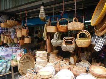 いろんな種類の籠を売っている桶屋さん。たくさんのカラフルなバッグたちや木製の食器など見ていて飽きません。