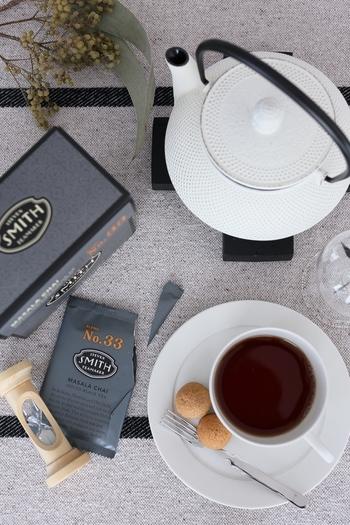 香り高く繊細な味わいが魅力の紅茶。世界約20ヶ国で生産されており、スリランカ「ウバ」・インド「ダージリン」・中国「キーモン」が世界三大紅茶と言われています。摘み取った茶葉を陰干しして、揉むことで酸化発酵させてから、乾燥させる工程を経て作られています。  ストレートで茶葉の持つ香りを堪能したり、ミルクティーにして飲むだけでなく、料理やお菓子作りにも大活躍♪