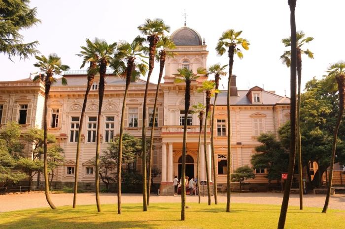 東京メトロ千代田線「湯島」駅より徒歩3分のところにある「旧岩崎邸庭園(きゅういわさきていていえん)」は、三菱財閥の創業者岩崎家の本邸として明治29年(1896年)に建てられました。現在は洋館と和館、撞球室(ビリヤード場)が残され、国の重要文化財に指定されています。鹿鳴館(ろくめいかん)と同じジョサイア・コンドルが設計した洋館は、17世紀の英国ジャコビアン様式の装飾が随所に施し、イスラムやルネサンスのモチーフ、カントリーハウスのイメージなども取り入れられています。