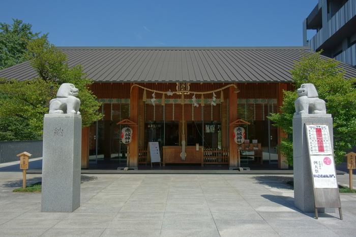 東西線・神楽坂駅から徒歩1分の場所にある「赤城神社(あかぎじんじゃ)」。街並みにふさわしいモダンなデザインの社殿は、あの世界的建築家・隈研吾(くまけんご)氏によるものです。また、社殿の脇に建てられているのは、神社運営を目的とした分譲マンション。約70年後には借地の契約が終了し、再び鎮守の森に再生されるという、壮大なプロジェクトが計画されています。