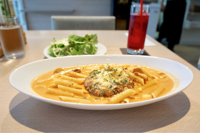 食事やデザートはイタリアンシェフが手がける本格的な味です。ランチタイムには日替わりランチやカレー、煮込みハンバーグなどが登場します。さらに、ディナータイムは前菜・パスタ・肉料理・デザート・アルコール類など盛りだくさん。自由に組み合わせてオーダーできるので、カジュアルなディナーを楽しみたい方にもオススメです☆