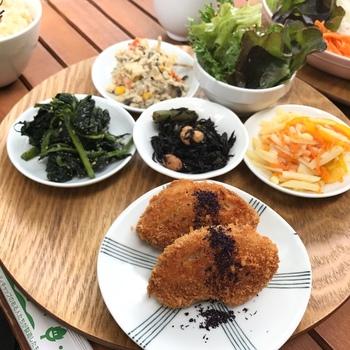 ランチタイムで人気があるのは「本日のお寺ごはん」。厳選した食材を使ったヘルシーなメニューで、お腹も心もしっかり満たされます。また、スイーツやドリンクのメニューも、街中のカフェに負けない充実度です。