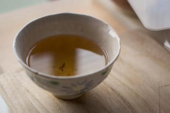 プーアール茶は、黒茶に分類され、カビで発酵をさせて作る「熟茶」、緑茶を熟成させて作る「生茶」の2種類あります。日本でよく飲まれているのは「熟茶」なんだそう。同じプーアル茶でも味が違うので、飲み比べてみるのもいいですね。烏龍茶と同じで揚げ物などの料理にもよく合います。