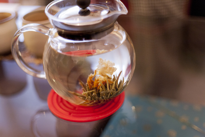 女性に人気の高いジャスミン茶は、六大茶類には属さず、緑茶や白茶に花弁や花の香りをつけた「花茶」に分類されます。花茶のなかで特に人気のフレーバーです。ジャスミン茶は緑茶に茉莉花の香りをつけており、高貴な香りは優雅な気分にさせてくれます。