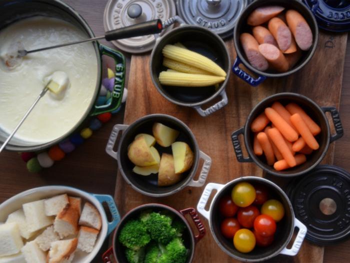 パンだけを浸して食べることも多い「本場」のチーズフォンデュ。でもせっかくおうちで楽しむなら、いろいろな具材を揃えたいですよね。 フォンデュ鍋ではチーズを絡めるだけで、火は通りません。具材は生で食べられるもの以外は先に火を通して、そのまま食べられる状態にしておきましょう。一口大に切って蒸したり、レンジにかけるだけでOKですよ。