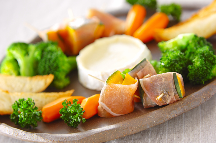 溶けやすく、塩気がきいているカマンベールチーズは、そのまま溶かすだけでフォンデュにできます。丸い形のまま使えるので、キャンプなどでも人気です。