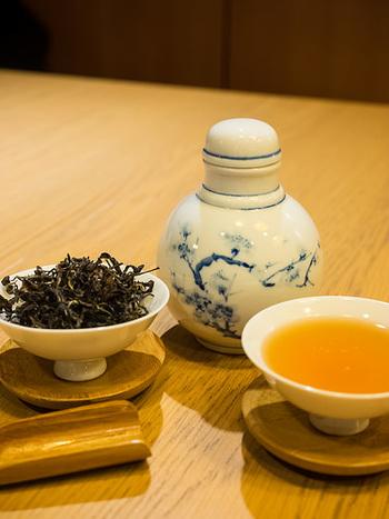 烏龍茶は、茶葉を完全に発酵させずに途中まで発酵させたもの。銘柄は「鉄観音」や「武夷岩茶」などが有名です。脂っぽい食事との相性が良く、日本でも幅広い世代に愛飲されていますよね。