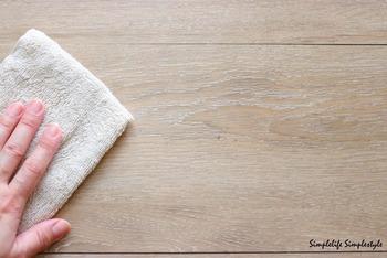 スプレーボトルにとぎ汁を入れて、床の拭き掃除に活用。優しく床の汚れを落とし、ツヤも出ます。二度拭きの必要がないのも嬉しいポイントです。お子さまやペットのいるお宅にはぴったりのお掃除方法ですね。
