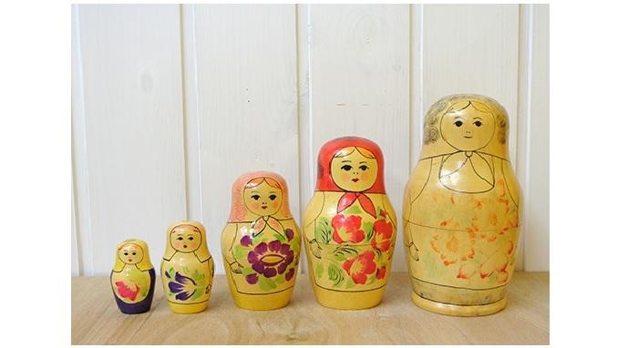 おなじみ・ロシアの入れ子式人形です。絵付けの特徴から、旧ソビエト連邦時代にキーロフで作られたものだそう。