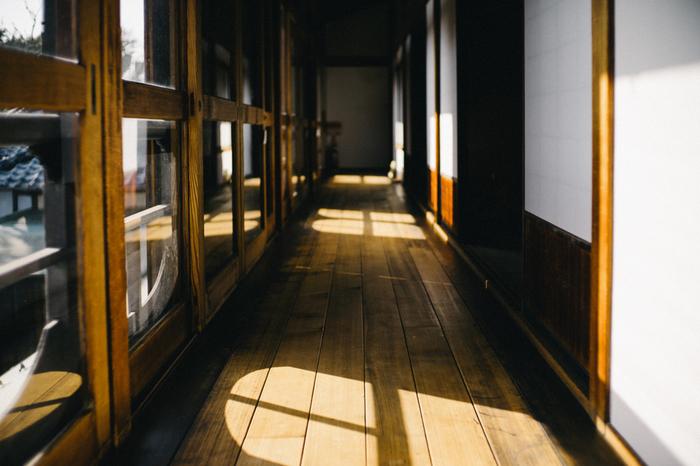 趣のある廊下もまた、素晴らしいですね。細かい部分までこだわって作られています。朝倉虎次郎氏は材木店で働いていた経験を生かし、自ら木材を選んでいたそうです。