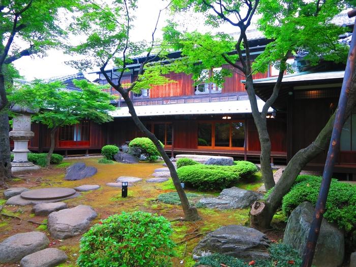 大正時代に建築された「旧朝倉家住宅(きゅうあさくらけじゅうたく)」は代官山駅からも近く、ここが都会の真ん中であることを忘れさせてくれるような、閑静で美しい空間が広がっています。かつて渋谷区議長や東京府議会議長を歴任した朝倉虎次郎の邸宅で、重要文化財に指定されています。