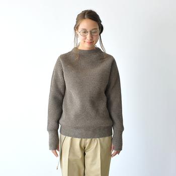 デンマーク人の夫妻が手がける、ニットに特化したブランド「アンデルセン アンデルセン」のリブクルーネックセーター。ミニマルでシンプルなデザインながらも、少し立ち上がったネックラインが優しくて雰囲気のある着こなしを叶えてくれます。柔軟性と耐久性に優れた、飽きのこない特別な一枚。