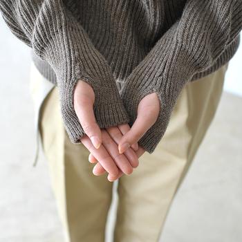 長めにとられた袖のリブが可愛らしい印象。さらに、軍モノによく見られるサムホール仕様になっていて、寒い日は親指を通して着用可能♪手の甲まですっぽりと包み込まれるので暖かく、見た目も女性らしくキュートな雰囲気に仕上げてくれます。
