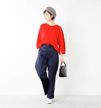 エレガントな雰囲気漂うニットですが、ボトムスに裾をインすればこんな風にカジュアルな着こなしだってできます!真っ赤なニット、ブルーのパンツ、白のスニーカーで、さりげなくトリコロールカラーでまとめているところがオシャレ。さらにベレー帽をプラスすれば、フレンチカジュアルなコーデの完成です。