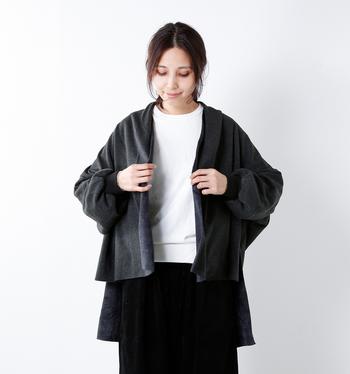 ふっくら柔らかで、とっても軽い上品なカーディガンは、前開きでサッと羽織れる手軽さがうれしい。表はスウェット素材、裏面はシャギー素材を使っていて、毛布のようなやさしい肌触りです。