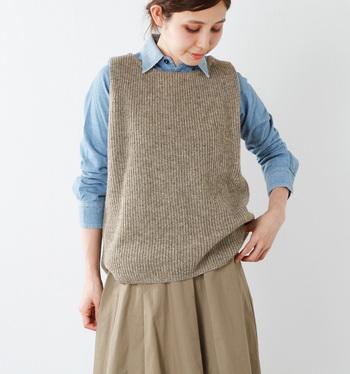 ざっくりとした編み地が大人っぽい雰囲気のニットベスト。ゆったりとした身幅でリラックス感たっぷり。パンツともスカートとも相性が良く、一枚持っているだけでコーディネートの幅がぐっと広がります。